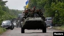 Tentara Ukraina melakukan patroli di Volnovakha, selatan Donetsk, Ukraina timur (22/5).