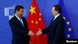Yevropa Komissiyasi rahbari Xose Manuel Barroso (o'ngda) Xitoy Prezidenti Si Zinpin bilan, Bryussel, 31-mart, 2014-yil.