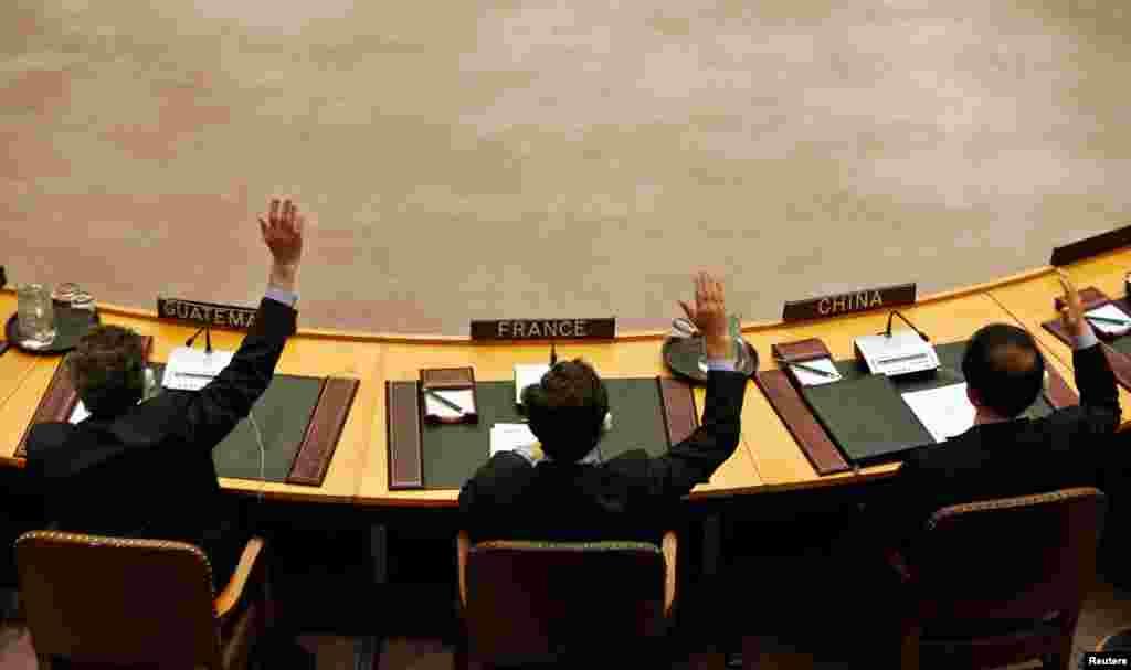 اعضای شورای امنیت سازمان ملل متحد روز ٧ مارس سال ٢٠١٣ در مقر سازمان ملل متحد در نیویورک به تشدید تحریم ها علیه کره شمالی رای می دهند.