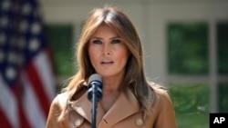 """美國第一夫人梅拉尼亞川普2018年5月7日在白宮玫瑰園宣佈""""成為最好""""項目計劃。"""