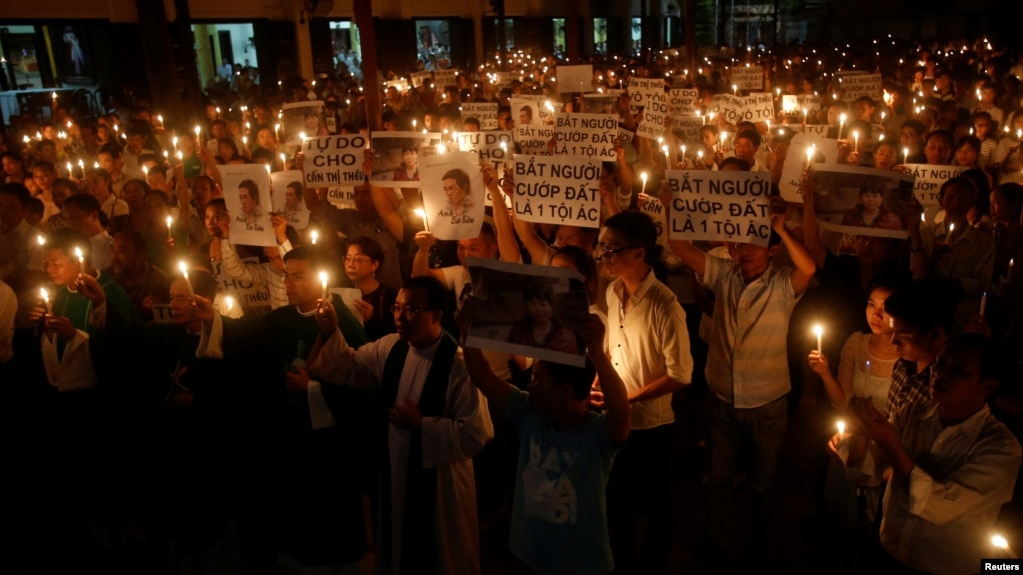 Người dân tham gia một buổi cầu nguyện tập thể để kêu gọi công lý cho một blogger và một nhà hoạt động bảo vệ quyền đất đai tại nhà thờ Thái Hà ở Hà Nội hôm 18/9/2016. Mỹ cho rằng tự do tôn giáo ở Việt Nam còn bị xâm phạm nhưng Hà Nội phản bác báo cáo đó.