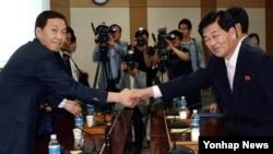 Trưởng đoàn Nam Triều Tiên Kim Kiwoong (trái) bắt tay đối tác Bắc Triều Tiên Park Chol Su tại cuộc họp ở Kaesong, ngày 2/9/2013.