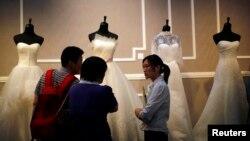 웨딩드레스를 고르고 있는 예비 신랑 신부. (자료사진)