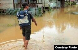 Petugas BPS di Kabupaten Gunung Mas, Kalimantan Tengah di tengah banjir. (Foto: Humas BPS)