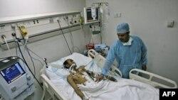 Người bị thương trong vụ đụng độ với lực lượng an ninh Yemen ở Sanaa trong bệnh viện, ngày 23/5/2011