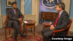 معاون وزیر خارجہ ڈین فیلڈمین 'وائس آف امریکہ' کے فیض رحمان کو انٹرویو دیتے ہوئے۔ فوٹو بشکریہ محکمہ خارجہ