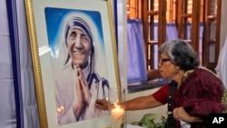 2014年9月5日印度天主教徒在加尔各答特蕾莎修女肖像前祈祷