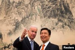 2013年12月5日美国副总统拜登在北京钓鱼台国宾馆的午餐会前同中国国家副主席李源潮交谈。