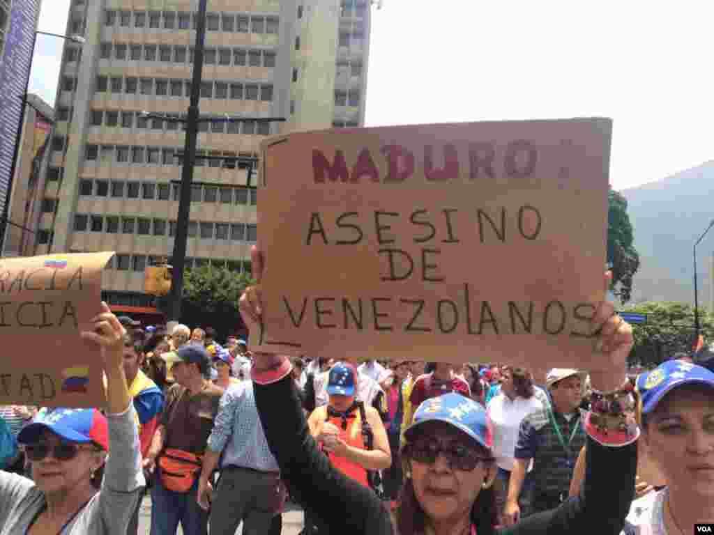 Manifestantes de la oposición marchan en Caracas. Foto: Álvaro Algarra.