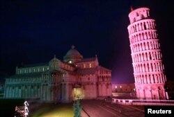 اٹلی کے شہر پیسا میں ایک جانب جھکا ہوا ٹاور جو سیاحوں کے لیے بڑی کشش رکھتا ہے۔