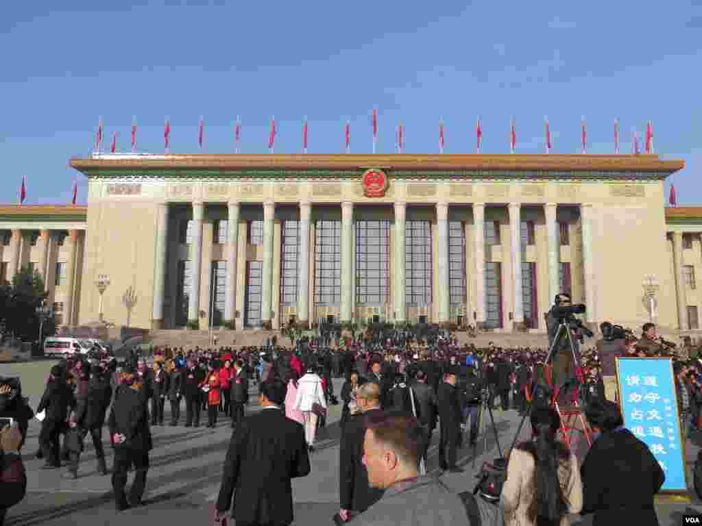 第十二届全国人大三次会议闭幕式在人民大会堂举行,图为代表走入会场。(美国之音东方拍摄)