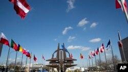 Zastave zemalja članica NATO-a ispred sedišta u Briselu
