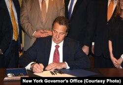 Gubernur New York, Cuomo, menandatangani undang-undang yang mengakhiri pernikahan anak