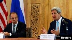 Menlu AS John Kerry (kanan) dan Menlu Rusia Sergei Lavrov berbicara kepada media mengenai perkembangan di Suriah, di sela-sela KTT APEC di Bali hari Senin (7/10).
