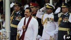 Presiden Srilanka Mahinda Rajapaksa (depan) didampingi para kepala staf militer Srilanka dalam perayaan HUT ke-3 Kemerdekaan Srilanka atas pemberontak Macan Tamil di Colombo (19/5).