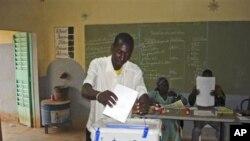 Wani dan kasar Burkina Faso yana kada kuri'arsa, lahadi 21 Nuwamba 2010 a Ouagadougou, babban birnin kasar.