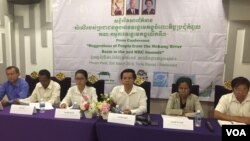 Civil society groups and representatives of communities of the Mekong river and the Tonle Sap lake held a press conference to voice concerns over the expansion of the hydropower dams on the mainstream Mekong, Phnom Penh, Cambodia, March 30, 2018. (Hul Reaksmey/VOA Khmer)