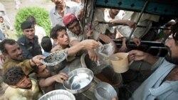 سیل زدگان در پاکستان در حال دریافت کمک های غذایی