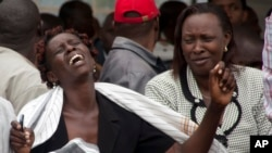 Seorang perempuan di rumah duka Chiromo di Nairobi menangis setelah melihat tubuh keluarganya yang tewas dalam serangan hari Kamis di sebuah universitas Kenya, 4 April 2015.