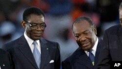 Le président gabonais Ali Bongo Ondimba, à droite, et son homologue équato-guinéen Teodoro Obiang Nguema lors de la Coupe d'Afrique des nations à Libreville, Gabon, 12 février 2012.
