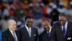 Le président gabonais Ali Bongo Ondimba et son homologue équato-guinéen Teodoro Obiang Nguema regardent Issa Hayatou lors de la Coupe d'Afrique des nations à Libreville, Gabon, 12 février 2012.