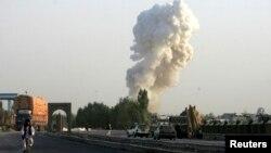 Khói bốc lên từ địa điểm xảy ra vụ đánh bom ở một căn cứ do lực lượng Ba Lan và Afghanistan điều hành ở tỉnh Ghazni, ngày 28 tháng 8, 2013.
