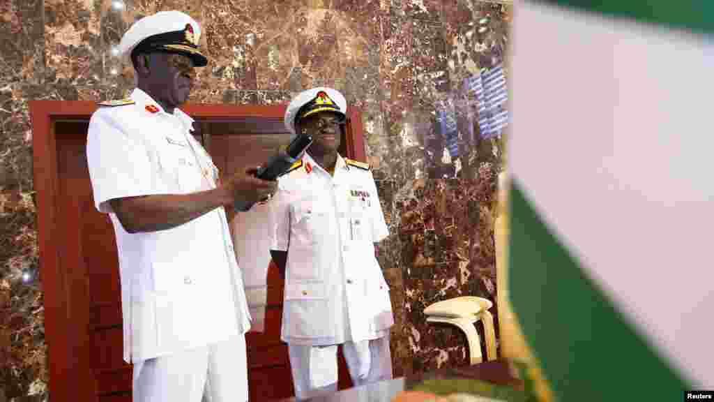 Sabon Hafsin sojojin ruwa, Rear Admiral Usman O. Jibrin a lokacin da yake karbar na'urar hangen nesa daga hannun Vice Admiral Dele Joseph Ezeoba, a lokacin bukin karbar shugabanci a shedkwartar Tsaron Kasa a birnin Abuja, Junairu 20, 2014.
