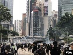 香港警方10月6日下午4点左右在警察总部施放多次催泪弹驱散示威者。 (美国之音/汤惠芸)