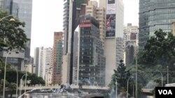 香港警方10月6日下午4點左右在警察總部施放多次催淚彈驅散示威者。(攝影: 美國之音湯惠芸)