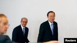 联合国秘书长潘基文(右)同禁止化学武器组织的总干事艾哈迈德. 尤祖姆居(中)2013年4月8日抵达海牙的禁化武组织的新闻记者会。
