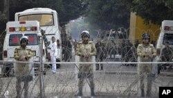 埃及軍人守衛國會大樓。