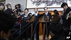 ທູດພິເສດຂອງສະຫະລັດຮັບຜິດຊອບກ່ຽວກັບເລື່ອງເກົາຫຼີເໜືອ ທ່ານ Glyn Davies (ກາງຂວາ) ແລະທູດພິ ເສດດ້ານນິວເຄລຍຂອງເກົາຫຼີໃຕ້ທ່ານ Lim Sung-nam (ກາງຊ້າຍ) ຟັງຄຳຖາມຂອງພວກນັກຂ່າວ ລຸນຫຼັງ ການພົບປະ ທີ່ກະຊວງຕ່າງປະເທດເກົາຫຼີໃຕ້ ໃນກຸງໂຊລ (8 ທັນວາ 2011)
