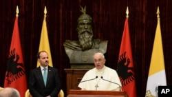 El papa Francisco habla acopañado del presidente de Albania, Bujar Nishani, en Tiraná.