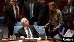 Duta besar AS untuk PBB Samantha Power (kanan) berbicara dengan Dubes Rusia untuk PBB Vitaly Churkin pada pertemuan DK PBB di New York (foto: dok).