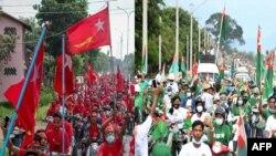 ၂၀၂၀ ေရြးေကာက္ပဲြအတြက္ မဲဆြယ္စည္းရံုေရး အၿပိုင္ဆင္းေနၾကတဲ့ NLD နဲ႔ USDP ပါတီေထာက္ခံသူမ်ား