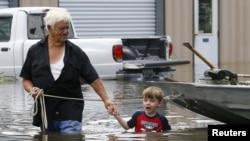 Richard Rossi et son petit fils de 4 ans Justice cherche un abri, dans à St. Amant, Louisiane, 15 aout 2016. (REUTERS/Jonathan Bachman)