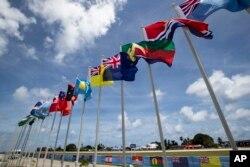지난 3일 태평양 국가 나우루에서 열린 '태평양 도서국 포럼(PIF)' 행사장 주변에 회원국 국기가 걸려있다.