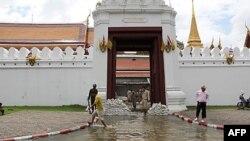 Повеневі води заливають центральний район столиці Таїланду