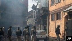 بھارتی فوجی اہلکار اس مکان کے باہر جمع ہیں جہاں جھڑپ ہوئی۔