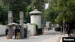 Policajci i privatno obezbeđenje ispred ulaza u američki konzulat u pakistanskom gradu Lahoreu