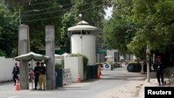 9일 파키스탄 라호르의 미국 영사과 입구를 파키스탄 경찰이 지키고 있다. 미 국무부는 테러 위협에 따라 영사관 인력을 철수하기로 했다.