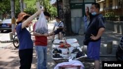 北京街头一个卖水果的地摊 (2020年6月5日)