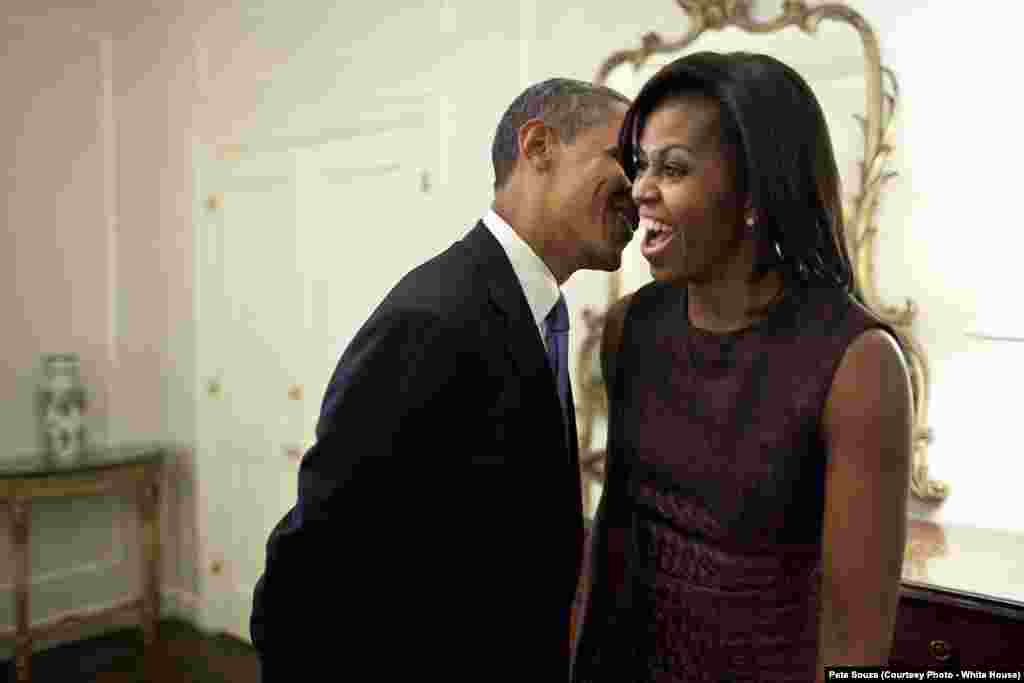 Barack Obama murmure à l'oreille de Michelle à l'hôtel Waldorf Astoria à New York City, le 21 septembre 2011. (Official White House Photo by Pete Souza)