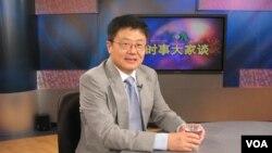 曾经在美国智库布鲁金斯学会担任过研究员的新加坡国立大学李光耀公共政策学院前特聘讲座教授黄靖在接受美国之音时事大家谈节目采访。(2007年7月17日)