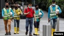 စကၤာပူမွာ အလုပ္လုပ္ေနတဲ့ ႏိုင္ငံျခားသားအလုပ္သမားမ်ား (Foto: Reuters)