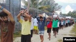 مهاجران نگران در مانوس بارها اعتراض کرده اند.