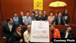泛民议员在立法会誓言否决港府政改方案(苹果日报图片)