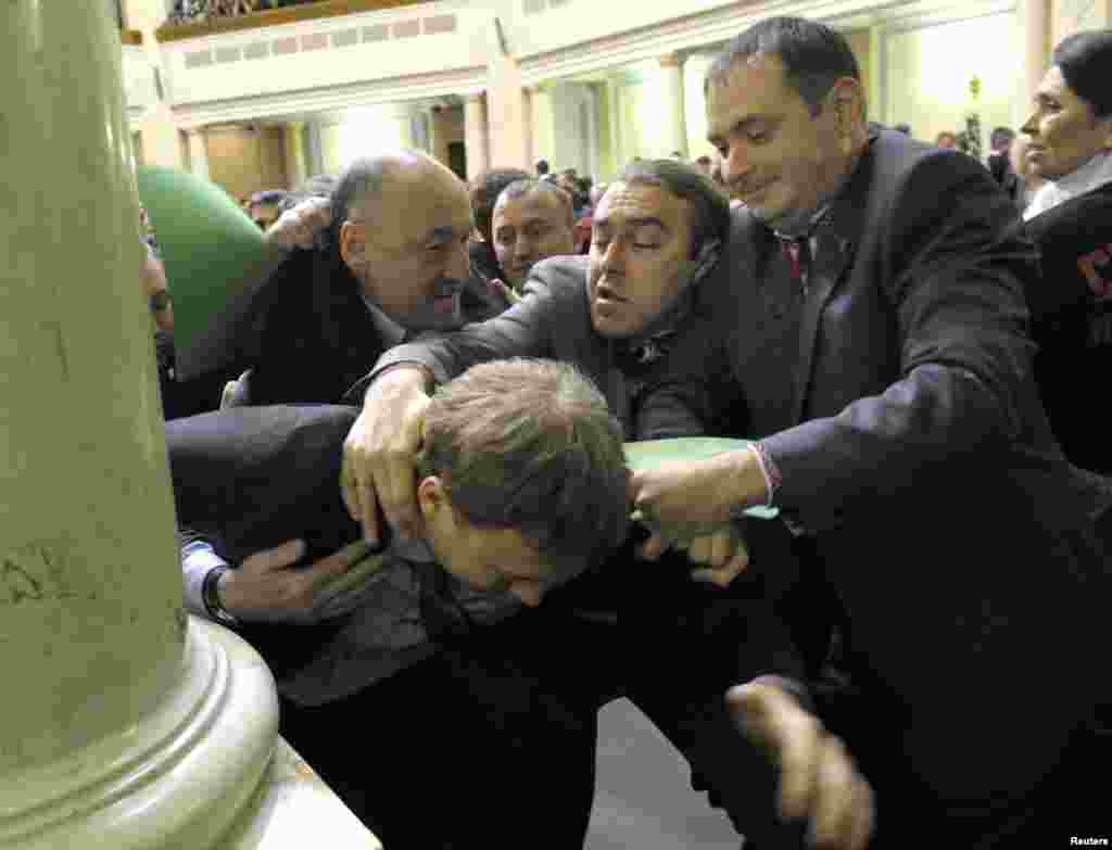 Members of parliament scuffle with colleagues at the first session of newly-elected Ukrainian parliament in Kyiv, December 12, 2012.
