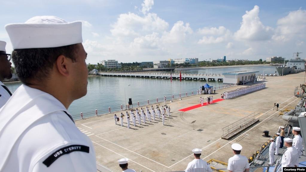 Trung tá hải quân Claudine Caluori, chỉ huy tàu khu trục Sterett của Mỹ giới thiệu khi tàu chiến này cập cảng Trạm Giang ở Trung Quốc. Đây là chuyến thăm đầu tiên của một tàu Hoa Kỳ tới một cảng của Hoa lục trong năm nay.