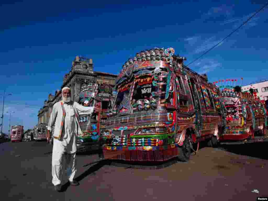 کراچی روٹ کی یہ بسیں ڈبلیو گیارہ کے نام سے مشہور ہیں جو اپنی خوبصورتی اور سجاوٹ کے باعث دوسری تمام بسوں سے منفرد نظر آتی ہیں